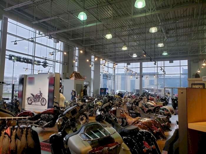 Vente Grand magasin / showroom anciennement magasin de motos très bien situé à Québec