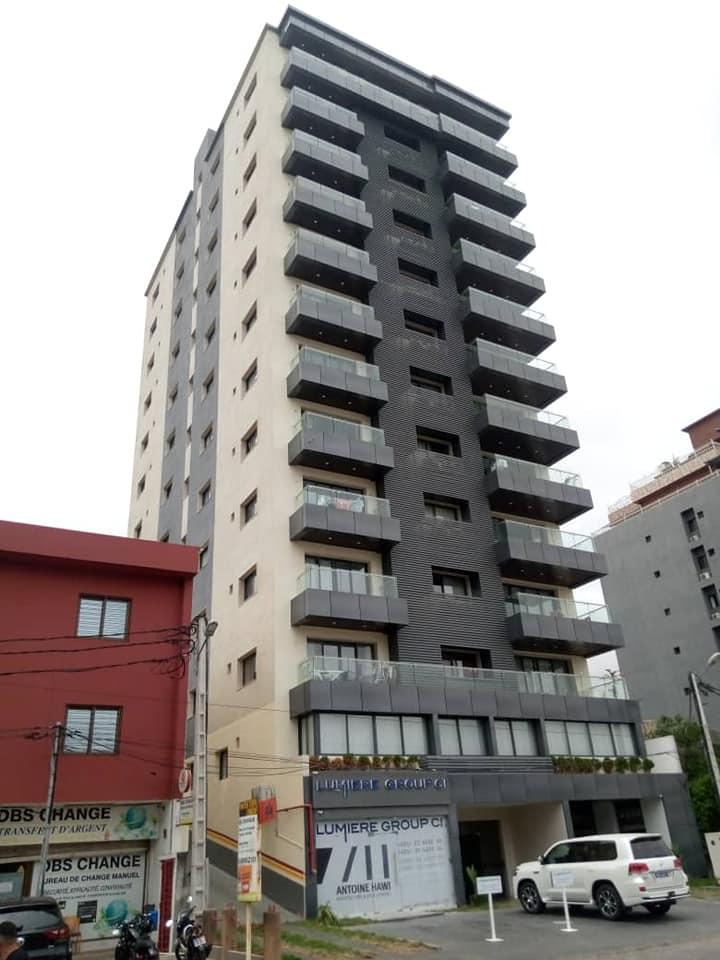 Vente Grand immeuble mixte (2 magasins + logements) pour investisseur à Abidjan