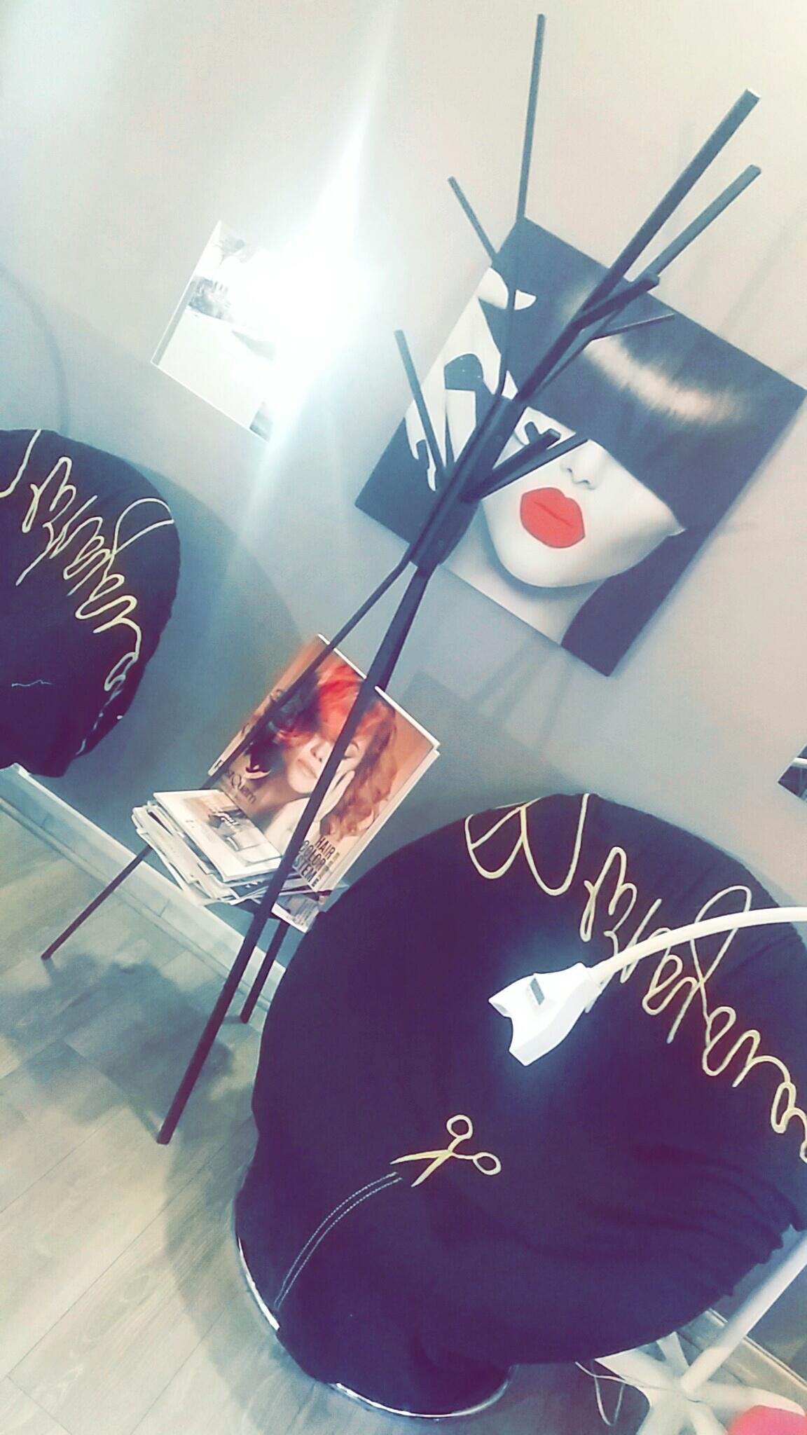 Vente Salon de coiffure avec un coin blanchiment dentaire, une pièce pour massage et esthétique près de Paris à proximité d'un arrêt de bus et d'une gare, à 5 min à pied (75000)