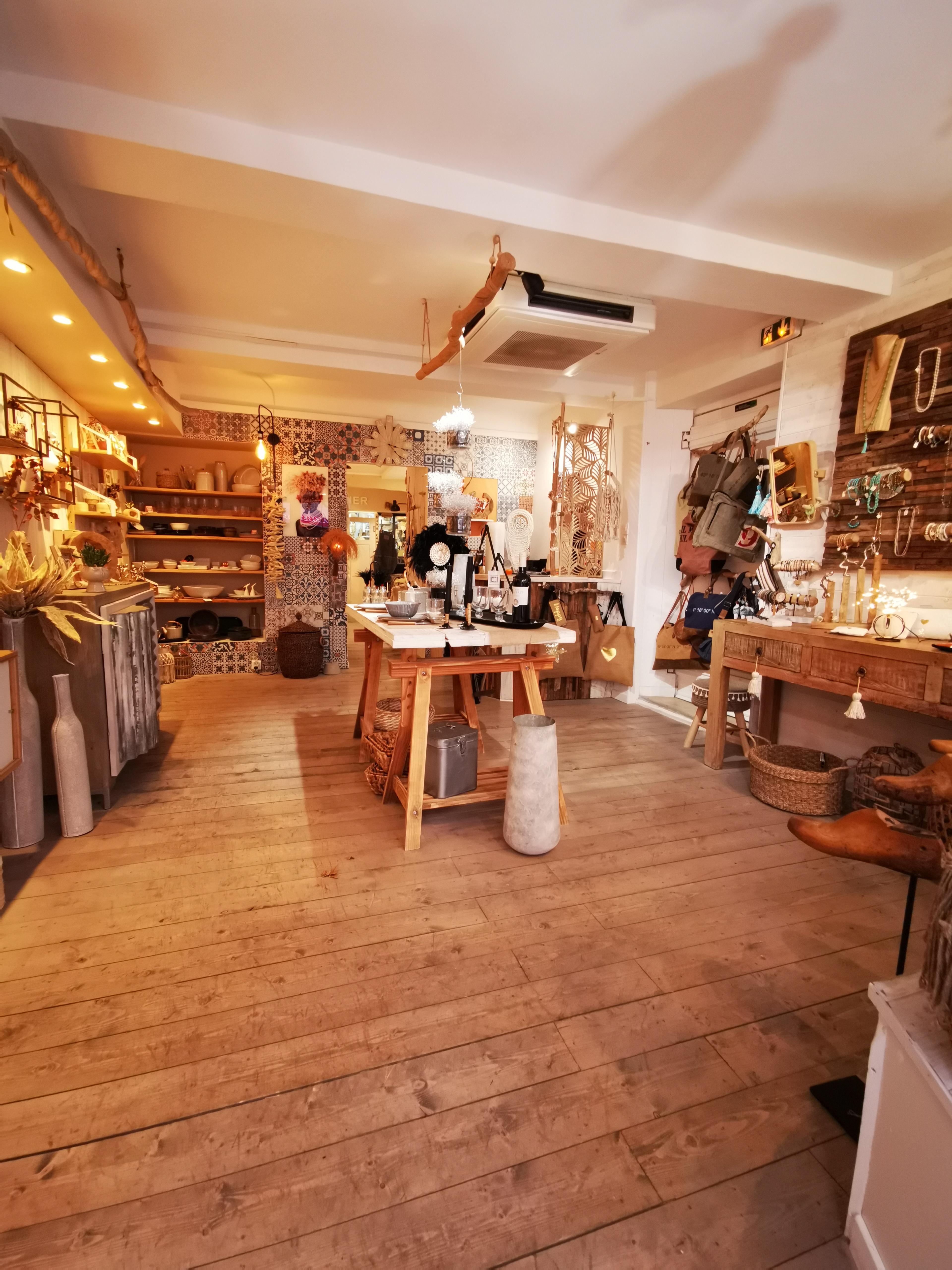 Vente Local commercial actuellement Décoration, Bazar / cadeaux, Bijouterie, Art de la table, 53 m2 à Saint-Raphaël centre-ville dans une rue semi piétonne (24160)